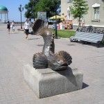 Памятник Бычку на приморской площади - отдых в Бердянске